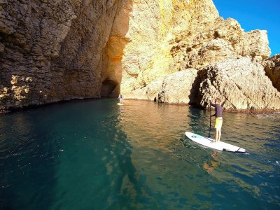 桨在Montgó-Foradada布拉瓦海岸的冲浪日
