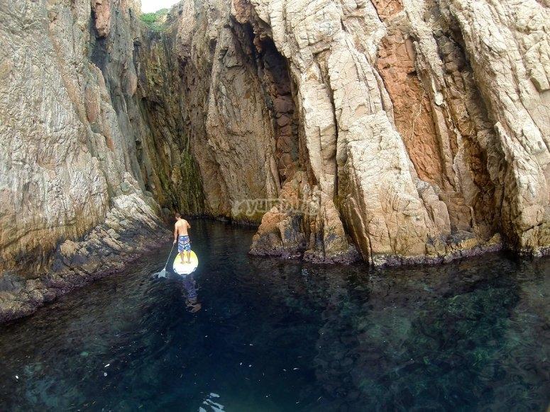 男孩悬崖和洞穴。