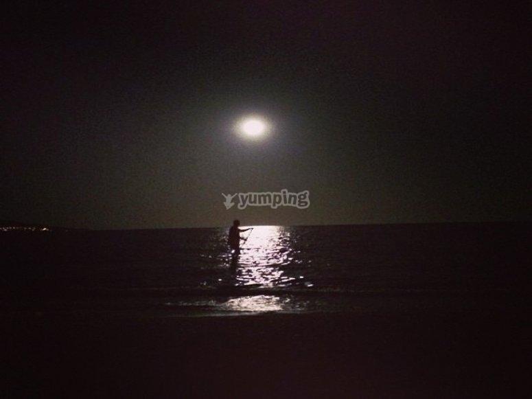 黑暗满月照片