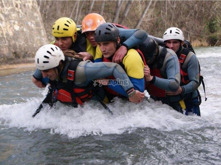 Como autenticos valientes cruzando el rio