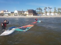 Levantando la tabla de windsurf