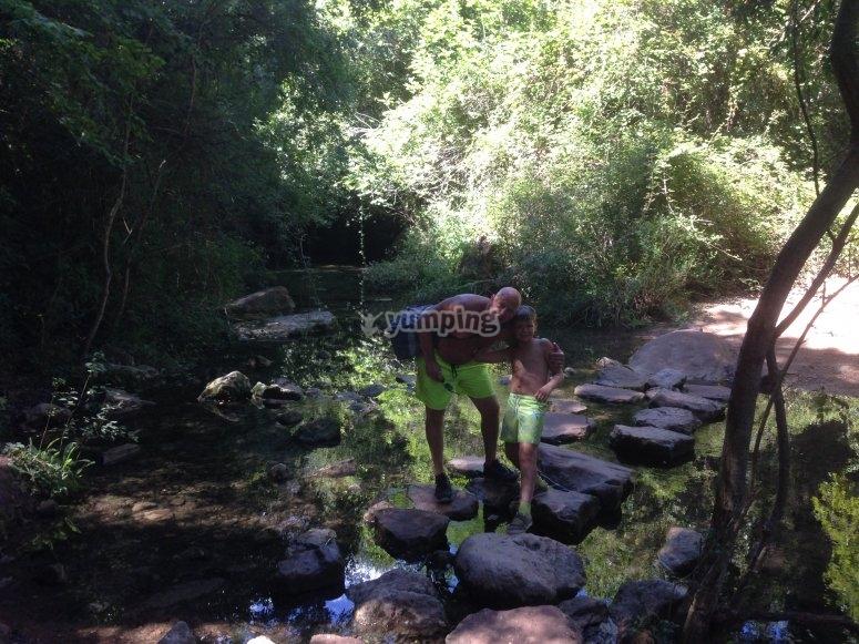 Cruzando el rio juntos