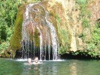 漂亮的瀑布旁边