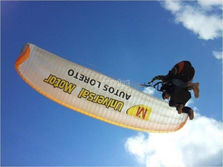 Volando en parapente en Montellano