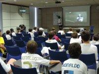 Alumnos escuchando al entrenador