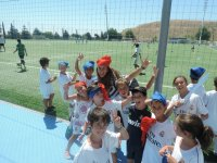 Saludando desde el campo de futbol