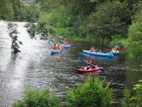 In canoa di gruppo vicino al monitor
