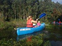 Con el peque en la canoa en el Eo