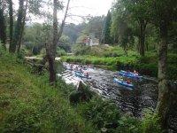 Grupo de canoas azules en el Eo