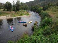Remando en canoa en el cauce del Eo