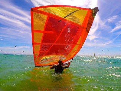 在Tarifa租一个风帆冲浪板材料1天