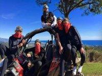 Amici attrezzati per un'escursione in buggy