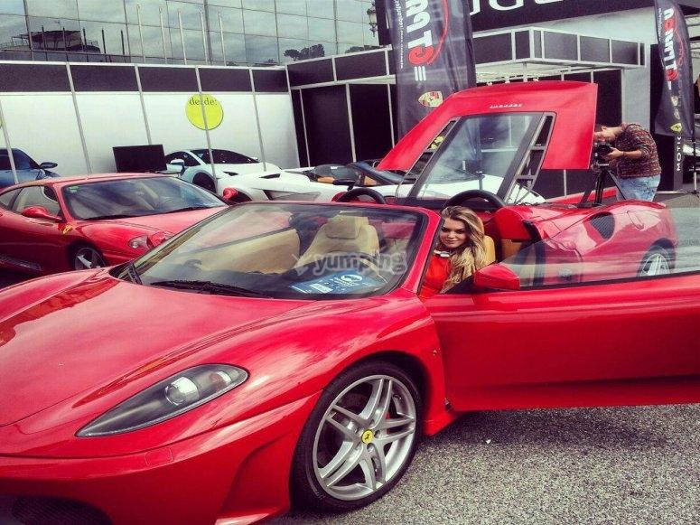 Mujer en el Ferrari