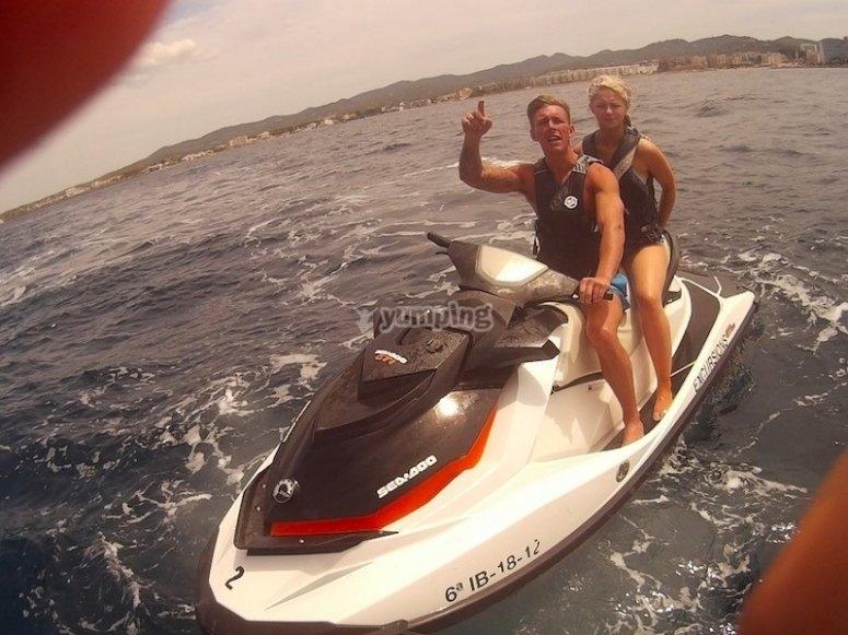 Montando en moto de agua biplaza
