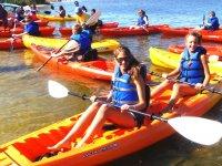 Chicas en los kayaks