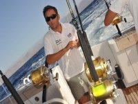 钓鱼蓝鳍金枪鱼与小船和船长在Denia 8h