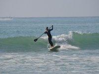 Practicando paddle surf con olas