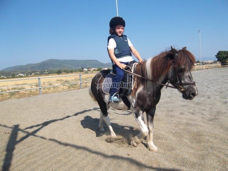 Peque en pony con casco