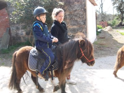 Walk a pony in the surroundings of Banyoles 30 min