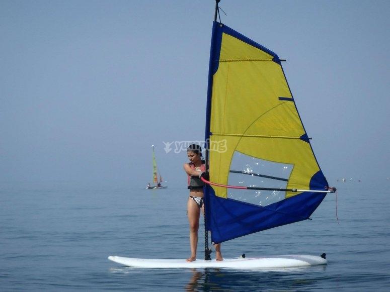 Practicando windsurf en Huelva
