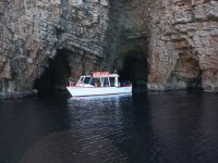Bordeando los acantilados en barco