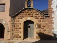 iglesia con una campana negra
