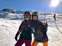 学生和滑雪教练