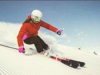 带滑雪板的速降滑雪