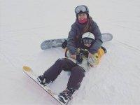 在雪中与滑雪板