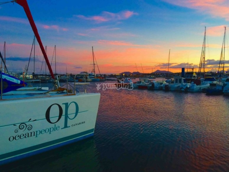 catamarano al tramonto