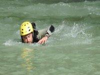 男子用黄色的安全帽游泳