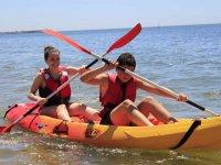 女孩划着独木舟在海上从维拉离开