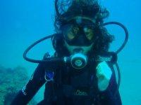 una buceadora bajo del mar