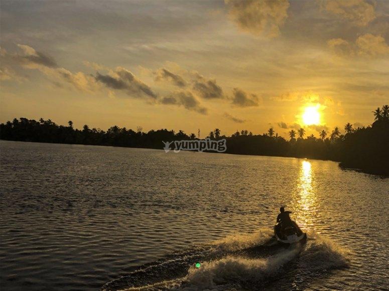 乘坐在梅诺卡岛的水上摩托艇