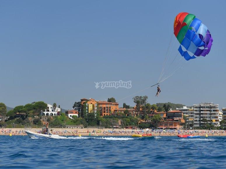 Parasailing sulla spiaggia di Fenals
