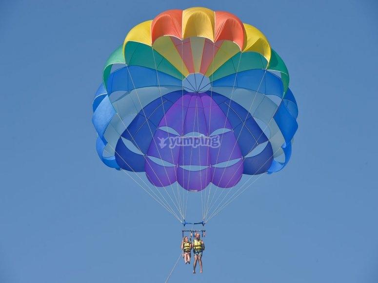 Durante el vuelo en parasailing