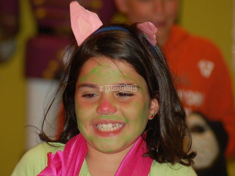 Chica con orejas de papel