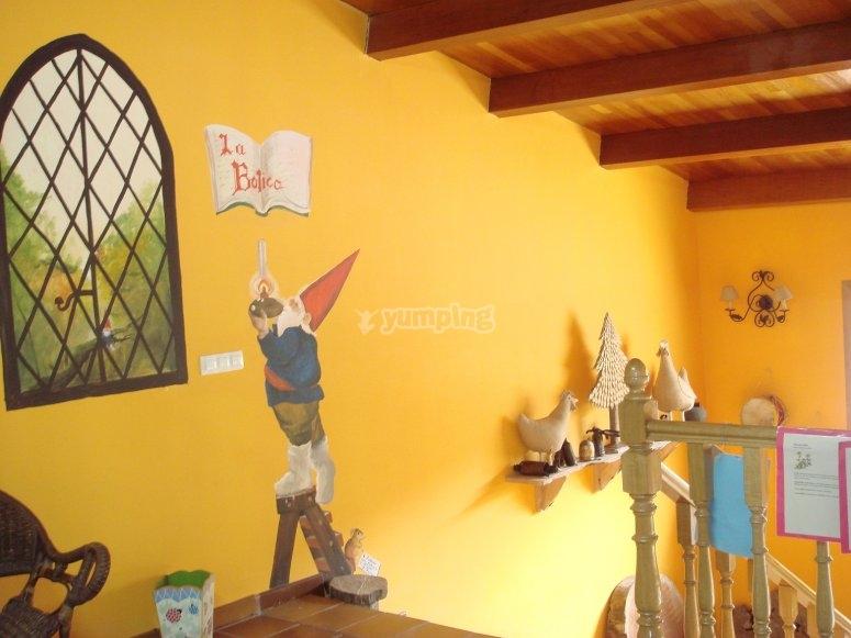 Sala con paredes amarilla