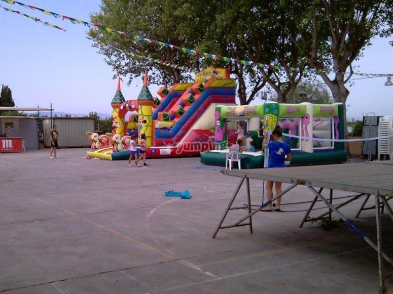 Fiesta popular con hinchables