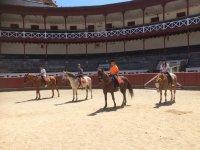 A caballo en la plaza de toros de Tolosa