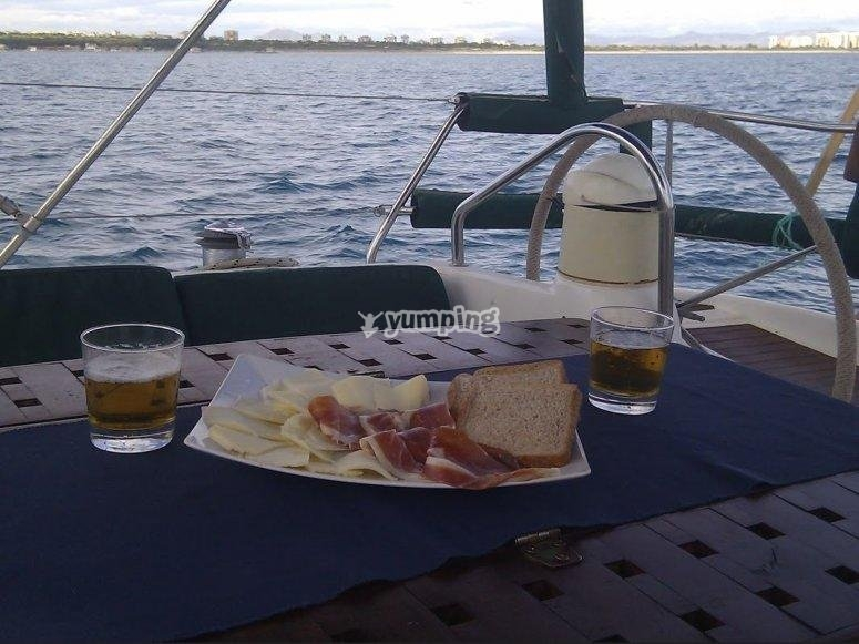 Jamon y queso de aperitivo en el barco
