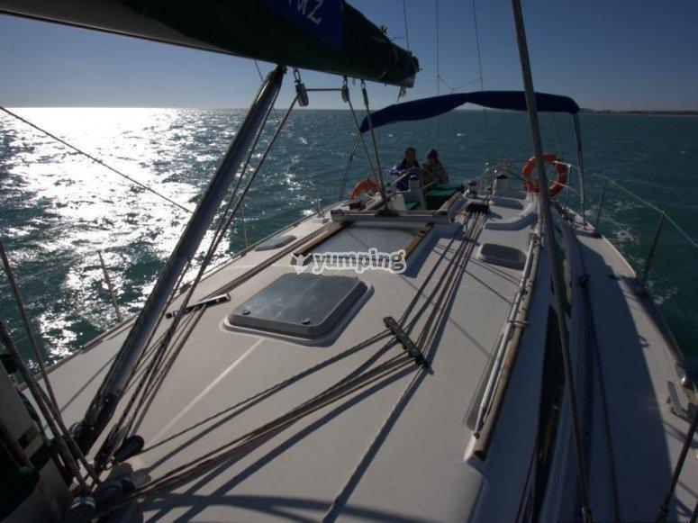 Llevando el timon del velero
