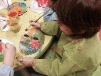 nino pintando una mascara