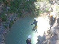 女孩从高处跳到河里