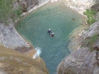 两名男子在一个水池