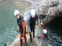 三名男子克服了河床下降的障碍