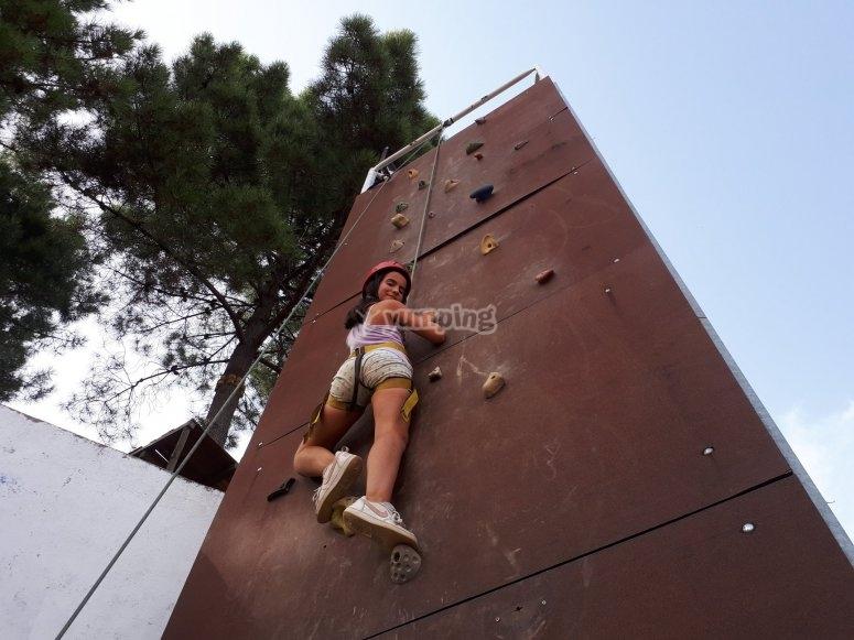 Niña escalando en rocódromo