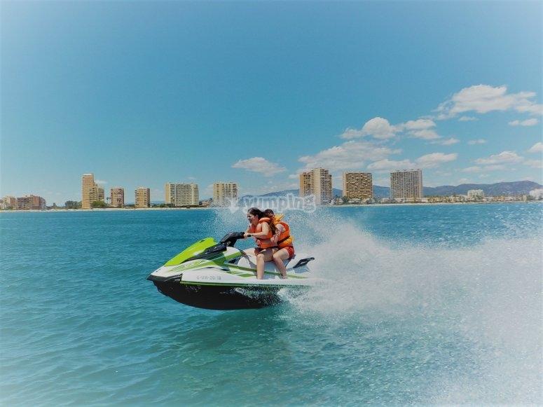 Recorriendo la costa valenciana en moto de agua