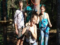 两个女孩和一个男人在一个冒险乐园