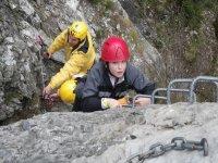 女孩和一个男人攀登岩石